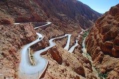 Route de passage de montagne dans des gorges de Dadès. Maroc photos stock
