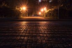 Route de pavé rond pendant la nuit photo libre de droits