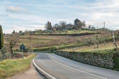 Route de pays européen Tournez à droite, panneau routier, arbres et ciel bleu lumineux Asphalte et herbe sèche Image libre de droits
