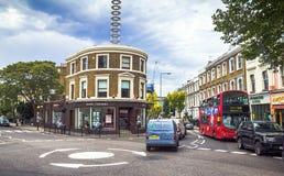 Route de Pembridge au temps de soirée Londres Images libres de droits