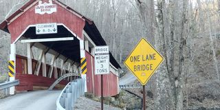 Route de pont couvert image stock