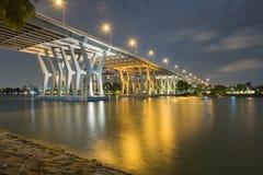 Route de pont de Nicolls à travers la rivière d'or la nuit Photographie stock libre de droits