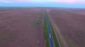 Route de route de vue aérienne sur la semi-remorque de crépuscule clips vidéos