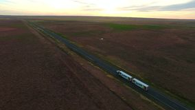 Route de route de vue aérienne sur la semi-remorque de crépuscule banque de vidéos