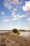 Route de sable à travers le lac Images stock