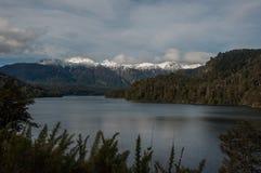 Route de sept lacs dans l'angustura de La de villa, Argentine photo stock