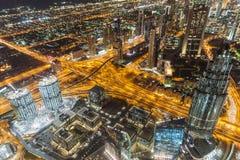Route de Sheikh Zayed pendant la nuit avec la lumière jaune et bâtiments qui regardent du plancher d'observation de Burj Khalifa  photographie stock