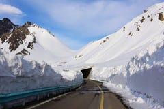 Route de Tianshan avec le couloir de prévention de neige Photos stock