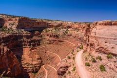 Route de traînée de Shafer d'enroulement en parc national de Canyonlands, Moab Utah Etats-Unis Photographie stock