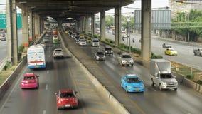 Route de Vibhavadi Rangsit et le trafic à Bangkok banque de vidéos