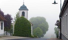 Route de village avec la chapelle Photo libre de droits