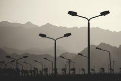Route de voie rapide avec des lampes de poteaux d'éclairage de ville images stock
