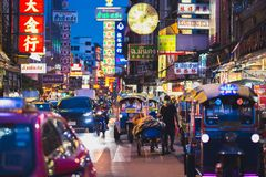Route de Yaowarat, Chinatown la nuit - Bangkok Images stock