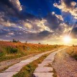 Route des dalles en béton vers le haut au ciel de coucher du soleil Images stock