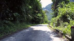 Route des montagnes blanche avec des tours contre la colline verte de sylviculture banque de vidéos