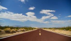 Route die voorbij de horizon lopen Stock Fotografie