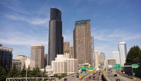 Route divisée d'un état à un autre de 5 voitures de Seattle d'horizon du centre de ville Photos libres de droits