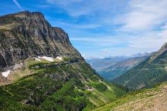 route du l'Aller-à-le-soleil en parc national de glacier, Montana, Etats-Unis Photos stock