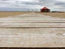 Route en bois sur la plage Images libres de droits