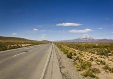 Route en Bolivie près de volcan Sajama Image libre de droits