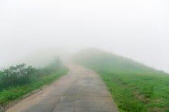 Route en brouillard sur le dessus Photo libre de droits