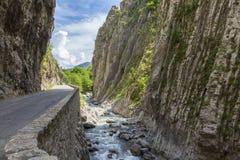 Route en Clue de Barles canyon de rivière de Bes près des bains de les de Digne photos libres de droits