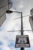 Route 66: En Illinois/USA 66 vägsköld som markerar början Arkivfoton