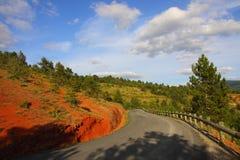 Route en marne crétacée rouge dans Corbieres, France photo stock