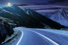 Route en montagnes avec l'arête rocheuse la nuit photographie stock