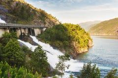 Route en Norvège passant au-dessus de la cascade Langfoss Image libre de droits
