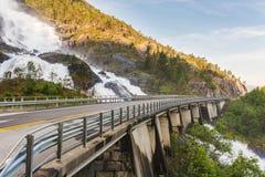 Route en Norvège passant au-dessus de la cascade Langfoss Images libres de droits