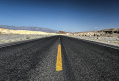 Route en parc national de Death Valley, la Californie Images libres de droits