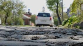 Route en pierre à l'église Nikolskaya, Taganrog, Russie clips vidéos