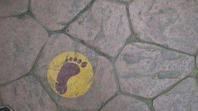 Route en pierre au-dessus des empreintes de pas Photo stock