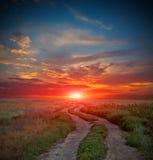Route en steppe le temps de coucher du soleil photographie stock