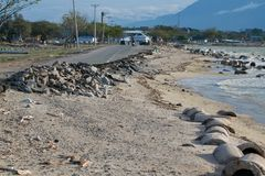 Route endommagée près de littoral après tsunami à palu image stock