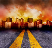 Route entrant dans la ville avec le coucher du soleil rouge photographie stock