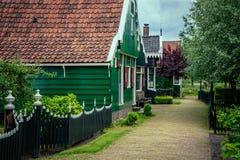 Route entre les maisons Images stock