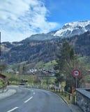 Route entre les montagnes Images libres de droits