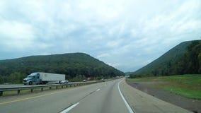 Route entre les montagnes en Amérique banque de vidéos