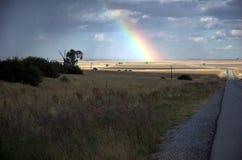 Route et arc-en-ciel image libre de droits