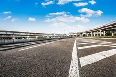 Route et ciel dans l'aéroport Images libres de droits