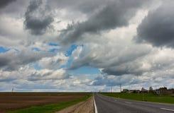 Route et ciel orageux dramatique photos libres de droits