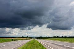 Route et ciel orageux dramatique images stock