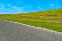 Route et colline avec un fond de ciel Photos stock