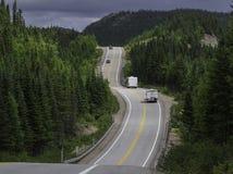 Route et collines de roulement dans Charlevoix Québec images stock