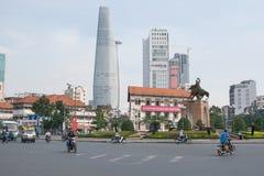 Route et gratte-ciel de cercle en Asie Image libre de droits