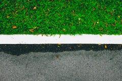 Route et herbe verte Photos stock