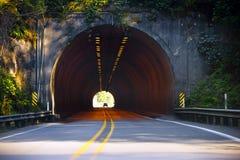 Route et lumière à l'extrémité du tunnel photo stock