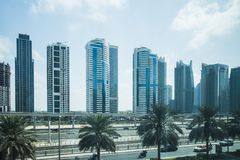 Route et métro à Dubaï, EAU Photographie stock libre de droits